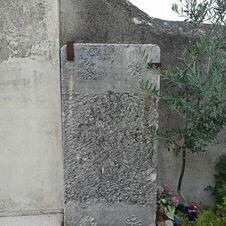 Ancienne pierre funéraire au cimetière de Gassin - https://gassin.eu