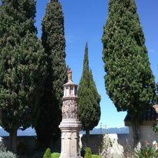 L'énigmatique Monument à Saint-Joseph de Gassin s'élève à l'entrée du cimetière