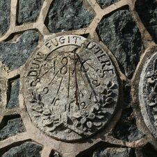 Cadran solaire Dum fugit utere - 1876 - de l'énigmatique monument à Saint-Joseph de Gassin - https://gassin.eu