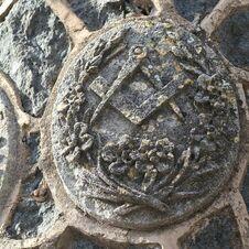 Symbole des Compagnons du tour de France - L'énigmatique monument à Saint-Joseph de Gassin - https://gassin.eu