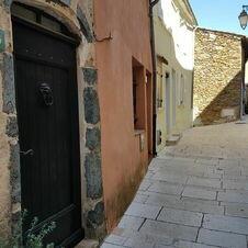 Portes anciennes à Gassin, l'un des Plus Beaux Villages de France - https://gassin.eu